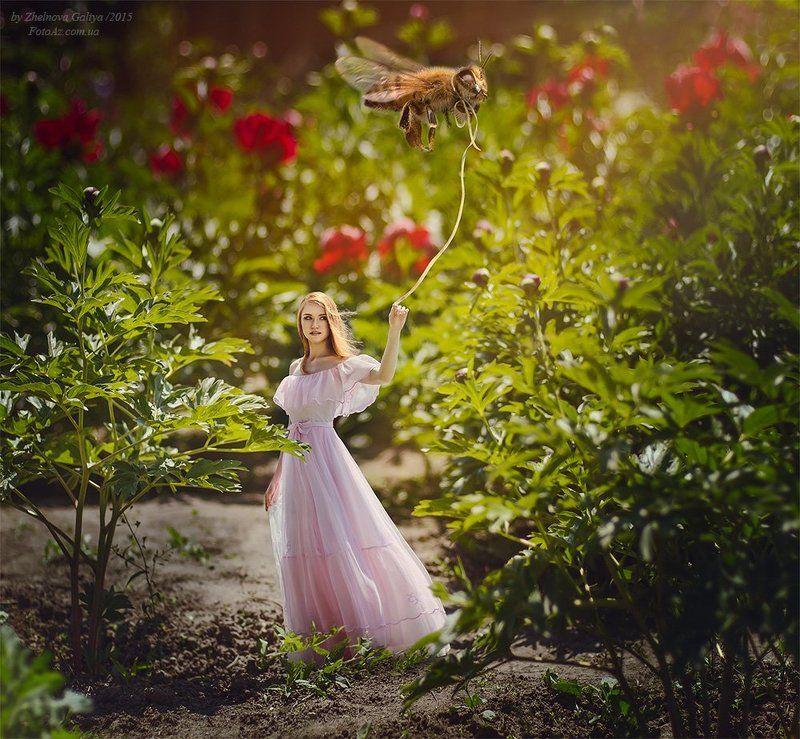 Девушка, Пчела, Цветы ...photo preview
