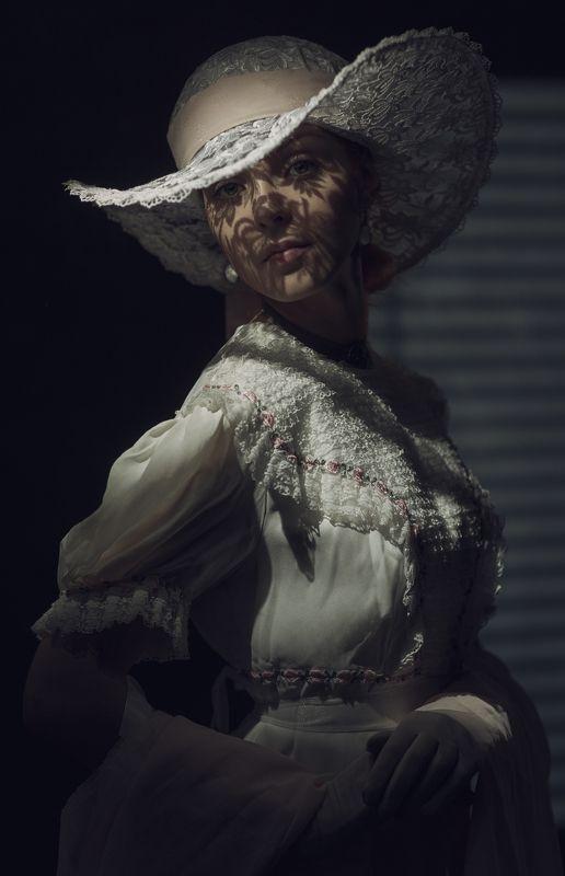 dedolight, portrait, dark, retro, women, woman, dress,  ***photo preview
