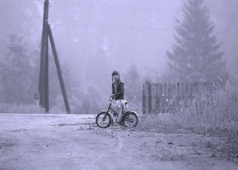 село девочка  велосипед туман  Девочка на фоне тумана...photo preview