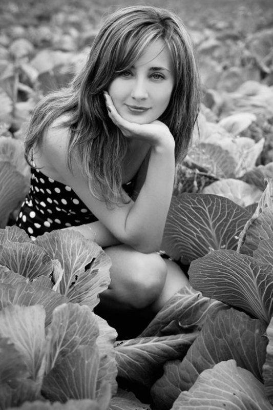 девушка, чб, капуста, поле, лето, пригород, природа, сельское в капустеphoto preview