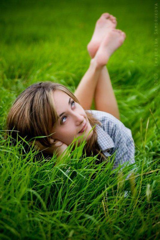 девушка, поле, трава, зелёная помечтатьphoto preview