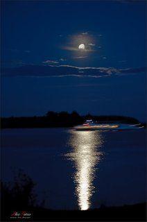 Лунная дорожка блистает серебром