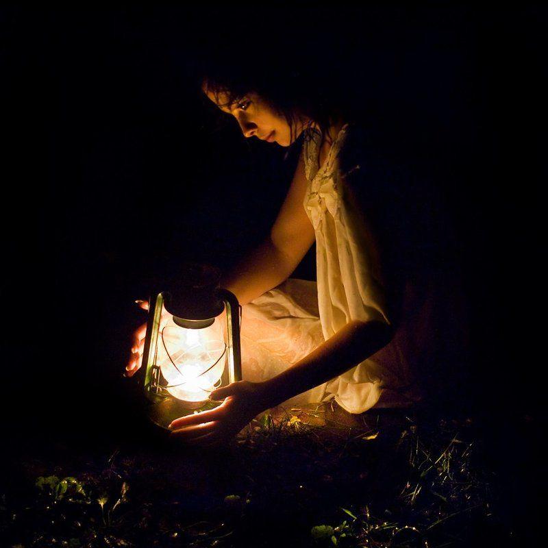 девушка, лампа, свет, ночь, рука Девушка с лампойphoto preview