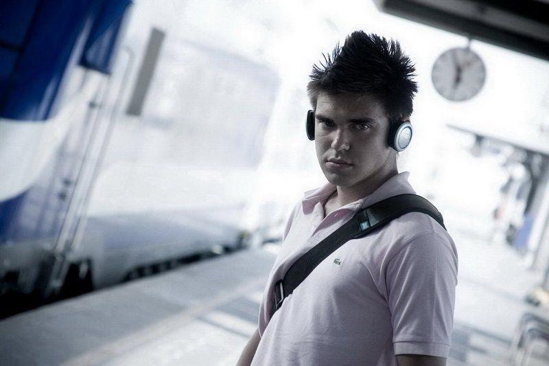 платформа, поезд, электричка, парень, наушники, прическа, хаер, кок, ирокез, часы Без пяти шестьphoto preview