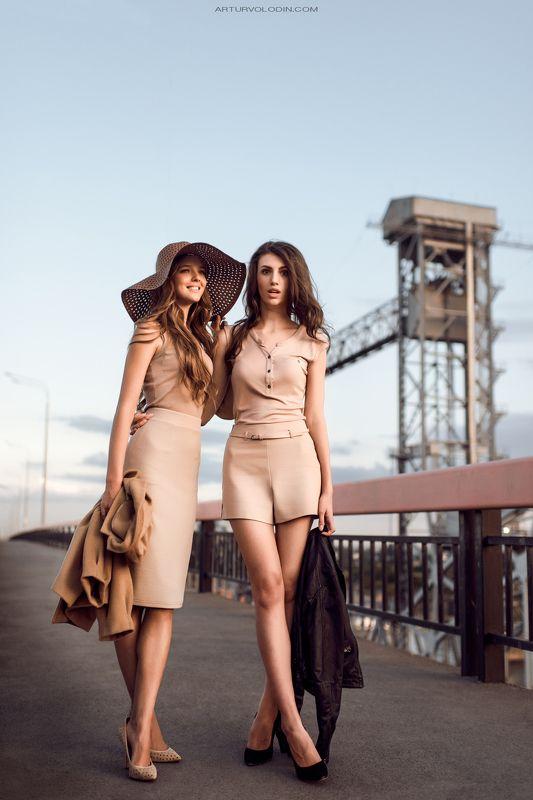 Девушки на мостуphoto preview