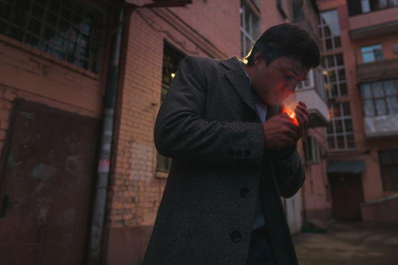 Улица, парень, курит, прикуривает, зажигает, поджигает, композиция, свет, пальто, подъезды Сергейphoto preview