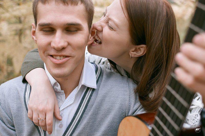 пара, осень, любовь, история, чувства, эмоции, атрибуты, гитара, улыбка, листва Осенняя история Сергея и Аниphoto preview