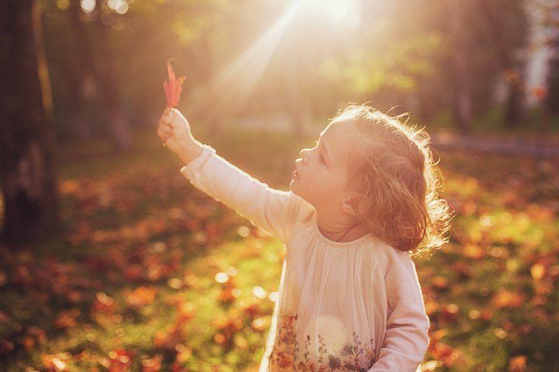 девочка, осень, листок, солнце, лучи Ты расскажи мне осень...photo preview