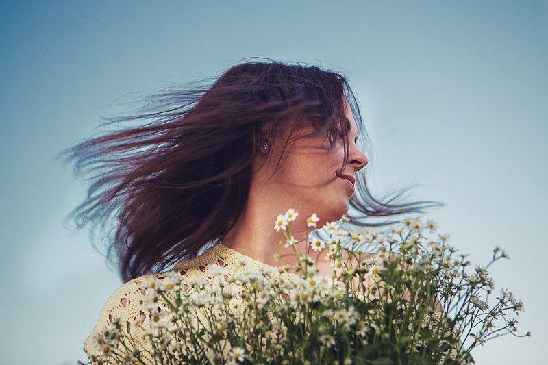девушка, эмоции, небо, ромашки Портрет с ромашкамиphoto preview