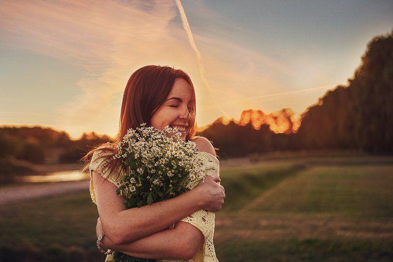 девушка, эмоции, улыбка, ромашки, закат Привет, ромашки!photo preview