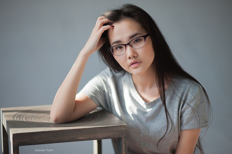 девушка, студия, свет, стул, азиатка, очки, красавица, милая девушка, студия Аятэphoto preview