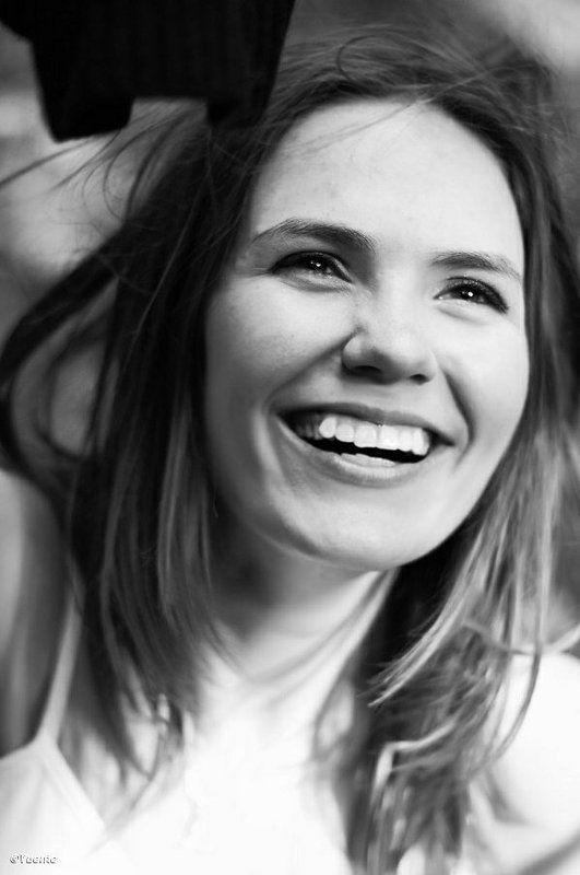 портрет, эмоция, чб Задорная улыбкаphoto preview