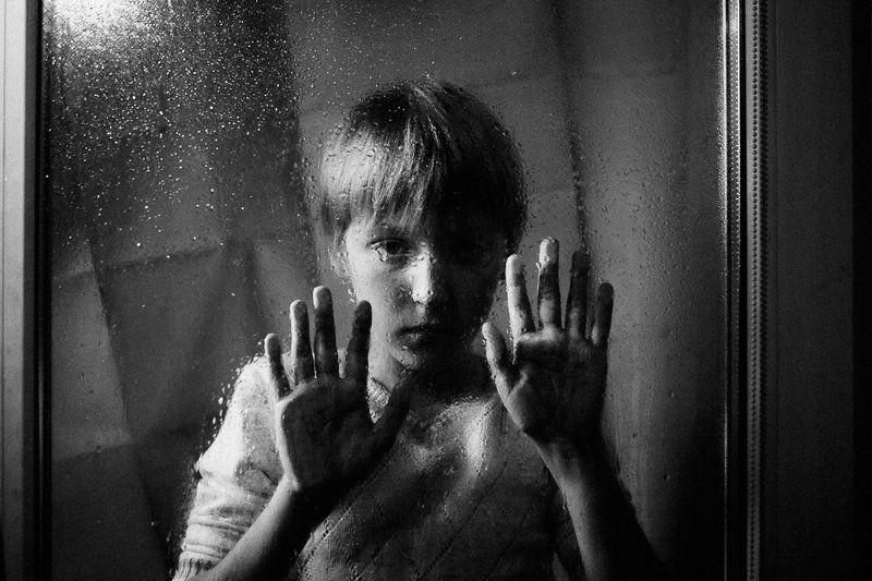 портрет, мальчик, окно, дождь, капли Дождьphoto preview