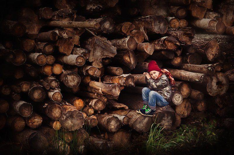 лес,деревья,мальчик на бревнахphoto preview