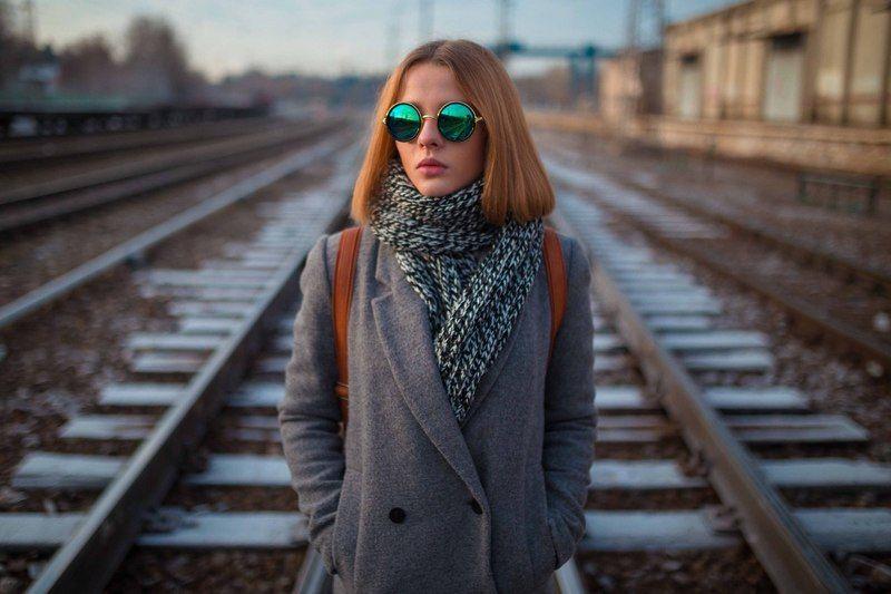 девушка, дорога, линии, композиции, пальто, свет, очки, композиция, линии, станция Алёнаphoto preview