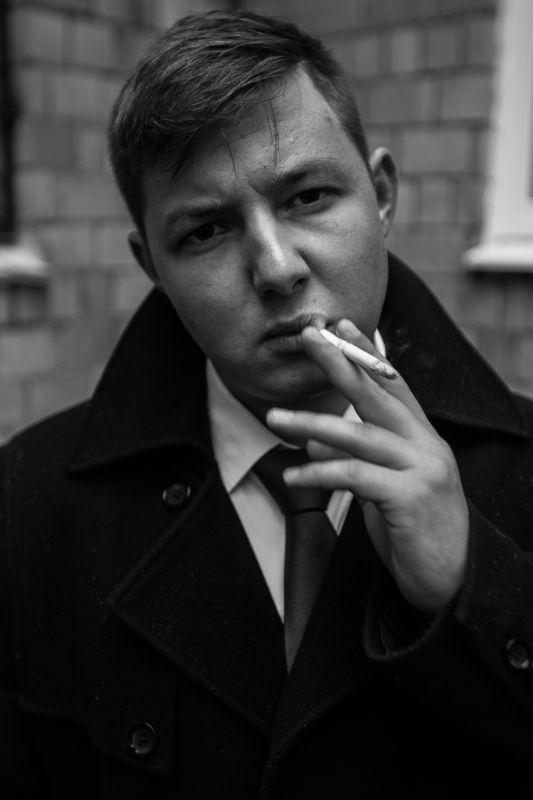 мужик, парень, курит, сигарета, пальто, рубашка, углы, линии, композиция, свет, взгляд, руки, Костяphoto preview