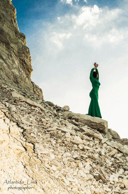 девушка мечта закат скала утес статуя камень небо красиво AtlantidaLima Вдохновение просторами реки Волгиphoto preview