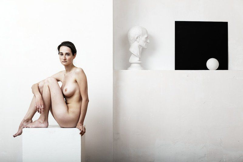 ню, девушка, белая студия, белый куб, черный квадрат, гипсовая голова Aktphoto preview