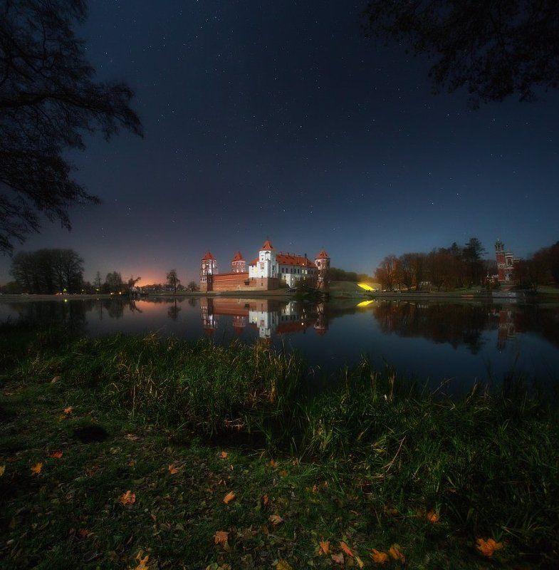 Мирский замок в лунном светеphoto preview