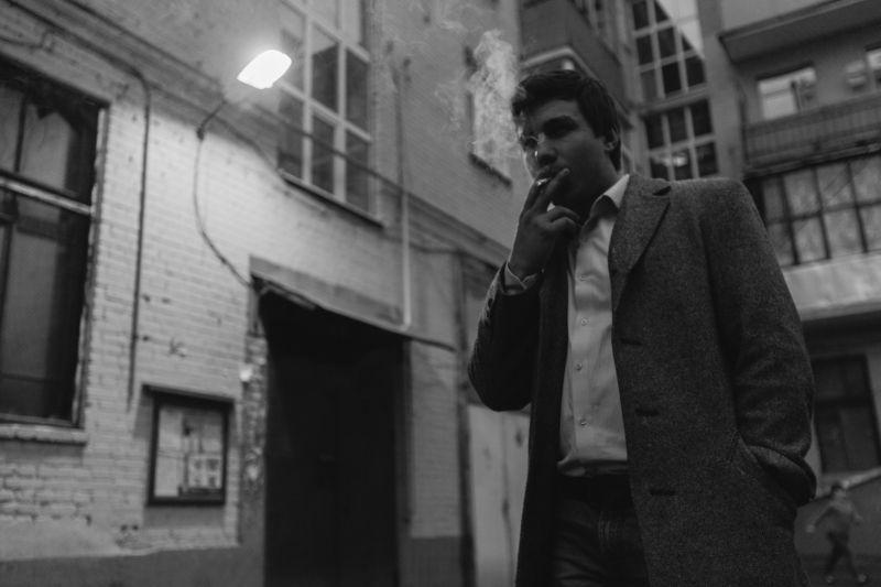 парень, курит, чб, чёрно-белое, фото, свет, контровый, композиция, углы, улица, подъезд,  Улицыphoto preview