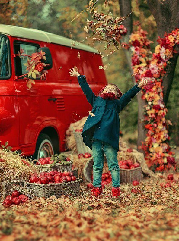 осень, листья, ребенок, машина, игра, яблоки, сезон ***photo preview