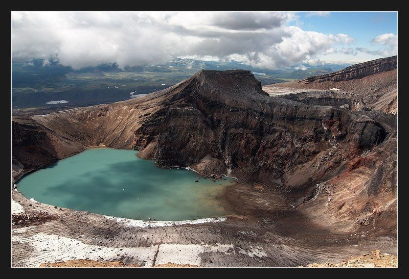 камчатка, вулкан горелый Домик с видом на прудphoto preview