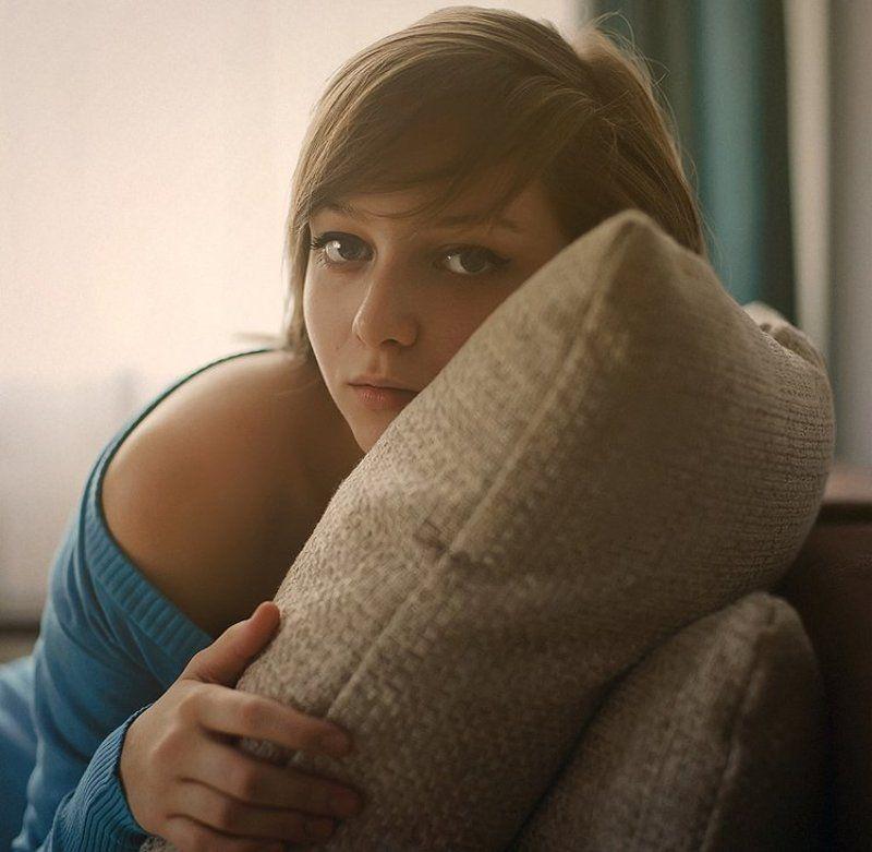 девушка, свитер, синий, занавеска, окно, свет, подушка, глаза Тихий часphoto preview