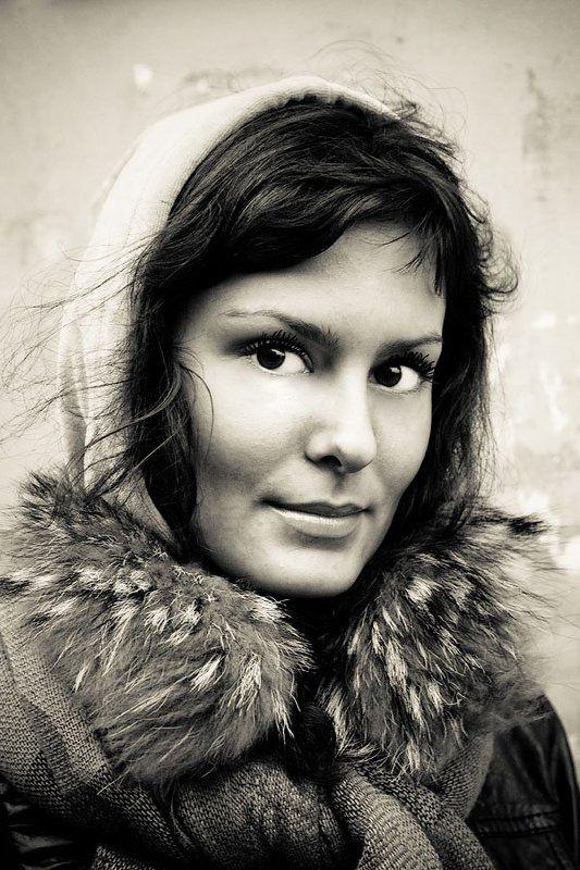 портрет, девушка, на улице Портрет На Остановкеphoto preview