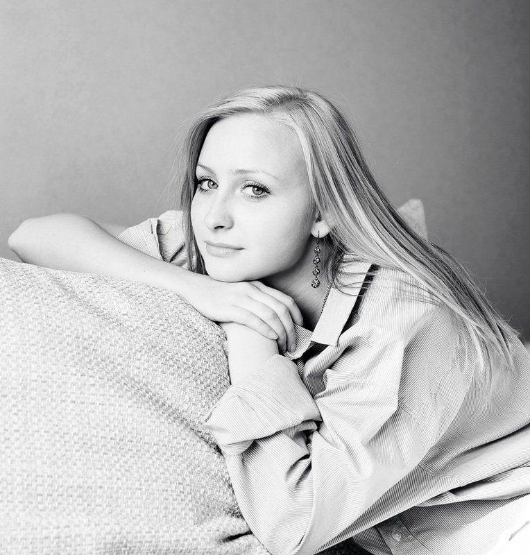 анна, девушка, блонд, рубашка, рукава, подушка, диван, окно, свет photo preview