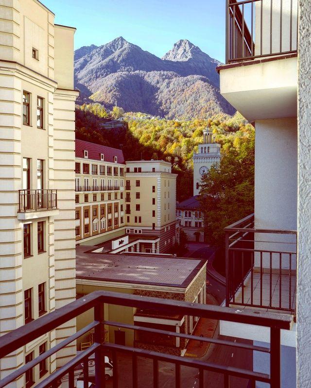 Осеннее утро на балконе с видом на горыphoto preview