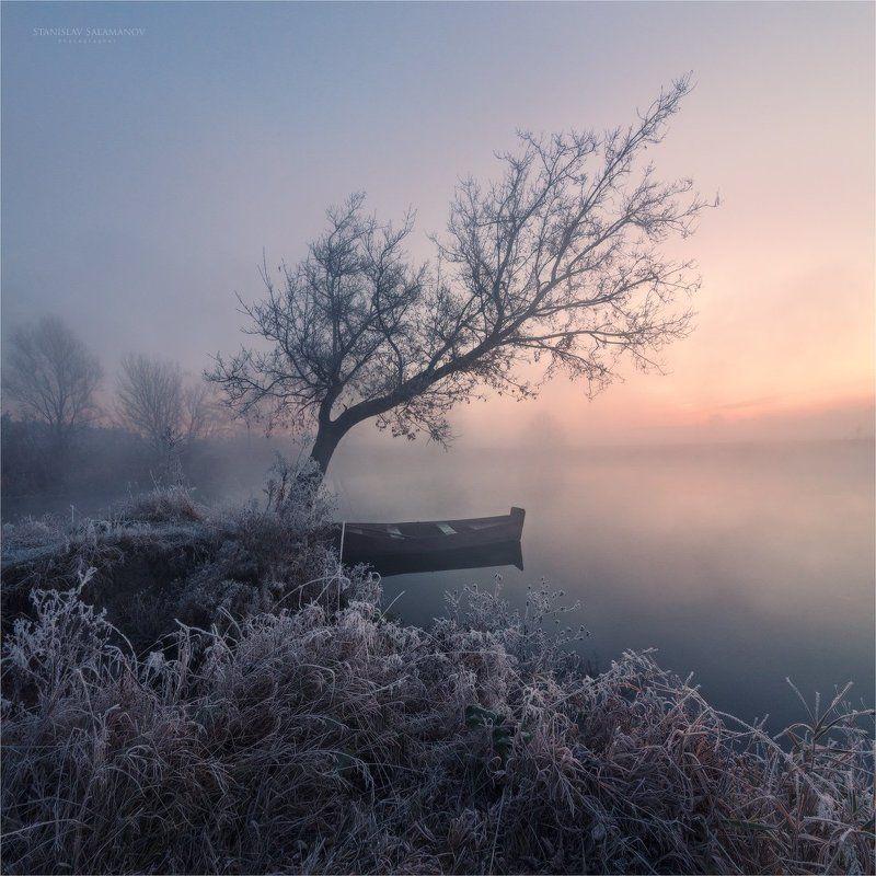 утро, туман, река, заморозок, иней, рассвет, лодка, дерево, зарево, свет, цвет, пейзаж Прощание с осеньюphoto preview