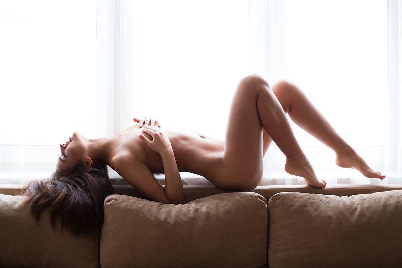 Девушка свет диван окно Викаphoto preview