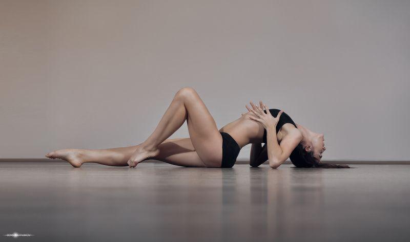 красивая   красота   девушка   серый   на полу   страсти   пластиковый  корпус   чувственный   сексуальный   студии Страстьphoto preview