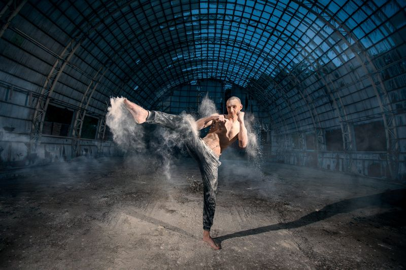 man, boy, sport, training,hangar, smoke, dust, cool, yellow, blue  тренировкаphoto preview