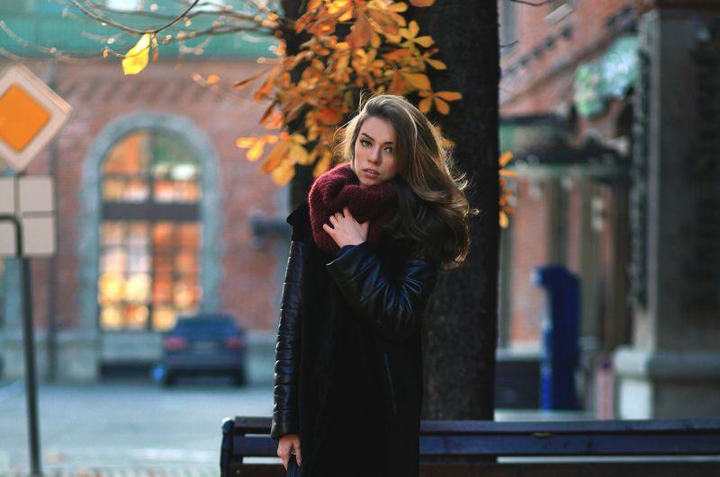 красивая, молодая, студентка, город, москва, мода, стиль, осень, листва, бизнес центр, знак, улица, лавочка,шарф, кирпич, стена,fashion Обаятельная девушка Наташаphoto preview