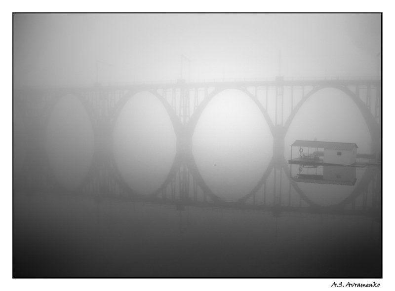 мост, туман домик на воде или отражение моста в тумане...photo preview