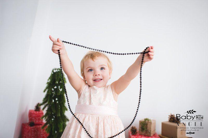 девочка,бусы,семейное фото,семья,новый год Даша и бусыphoto preview