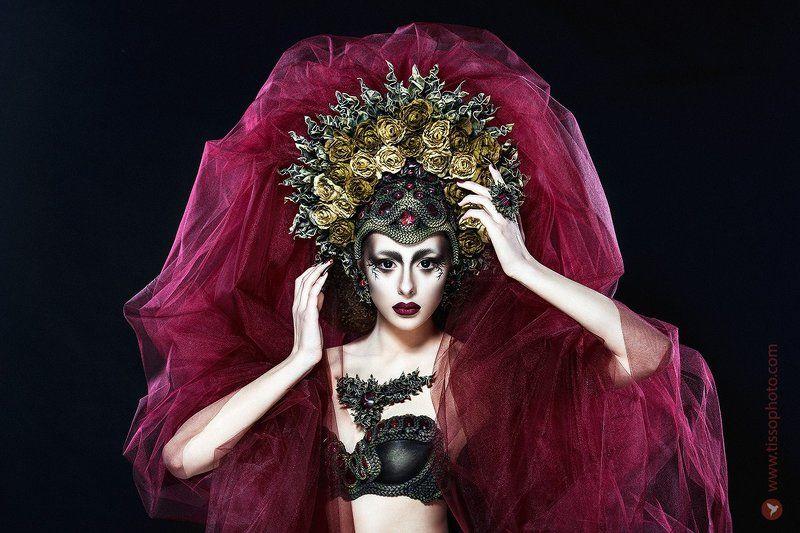 портрет, девушка, лицо, красота, украшения, камни, головной убор, корона, цветы, кольцо, руки, взгляд, ткань, студия Багровый пикphoto preview
