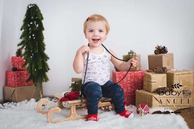 девочка,студия,подарки,бусы,семейное фото, новый год,улыбки Даша в пижаме и с бусами!photo preview