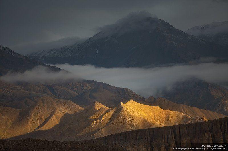 Непал, Гималаи, Верхний Мустанг, долина, свет, солнце, скалы, горы, золото, пустыня, плато, пейзаж, Золотые холмыphoto preview