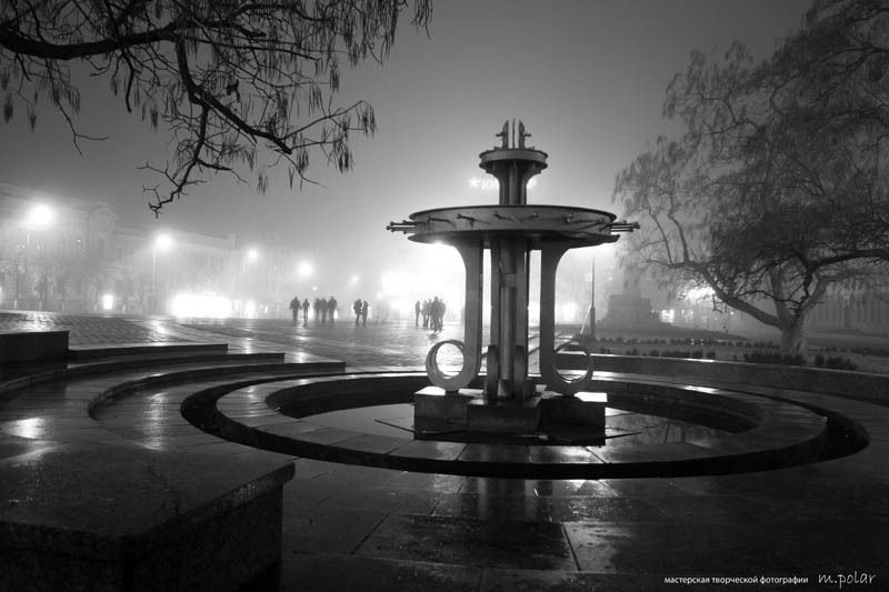 город,туман,вечер спящий фонтанphoto preview