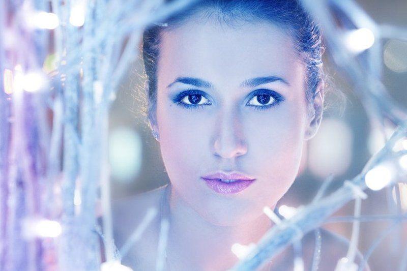 девушка, белые, кусты, обмотанные, фоняриками, в городе Зимняяphoto preview