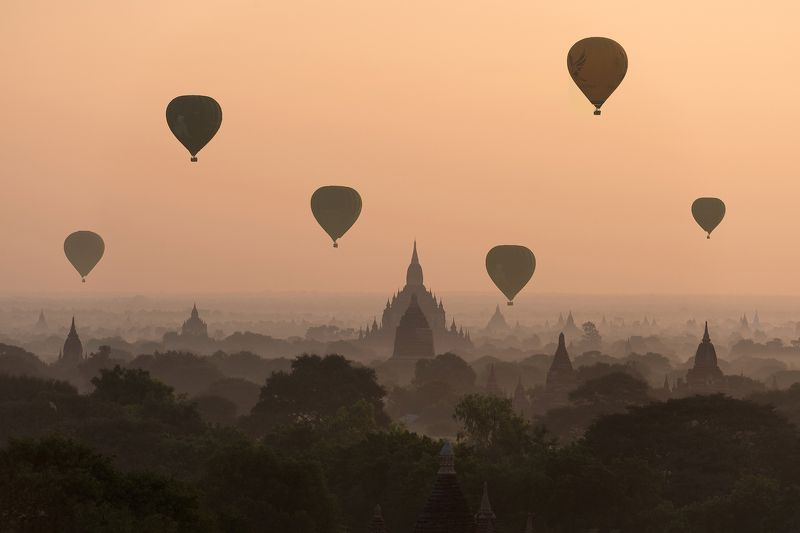 Bagan, balloons, flying ,over ,ancient,temples Bagan, balloons flying over ancient templesphoto preview