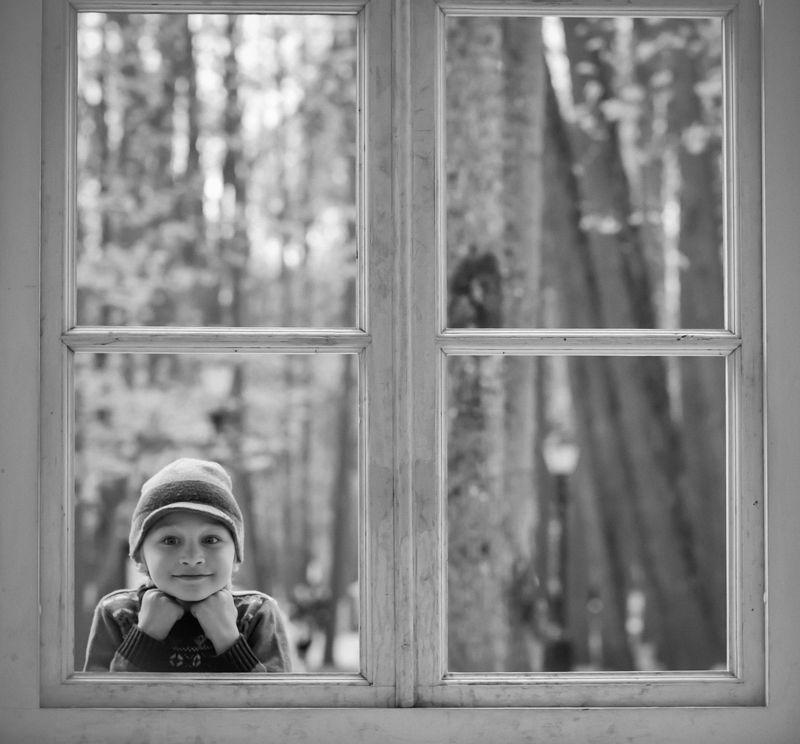 портрет, жанровый портрет, детский портрет, монохром Мальчик в окнеphoto preview