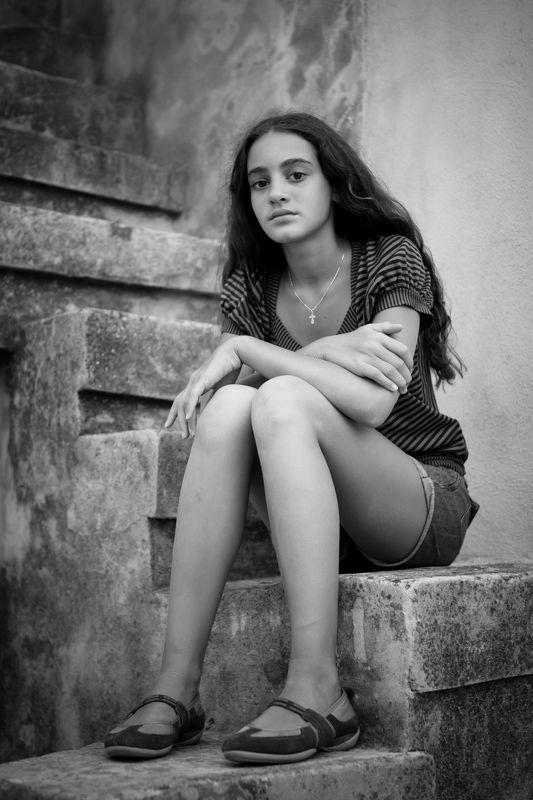 портрет, детский портрет, монохром Девочка на ступеняхphoto preview