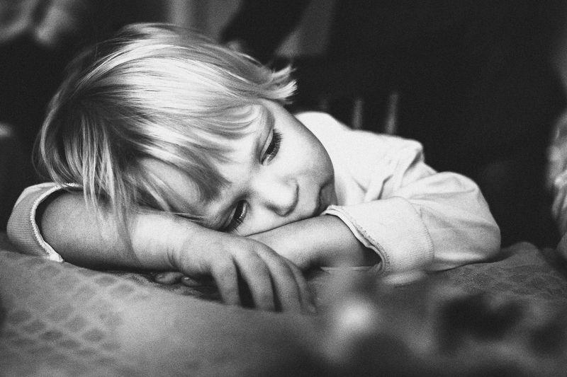 малыш, задумчивость, серьезный, мальчик Серьезностьphoto preview