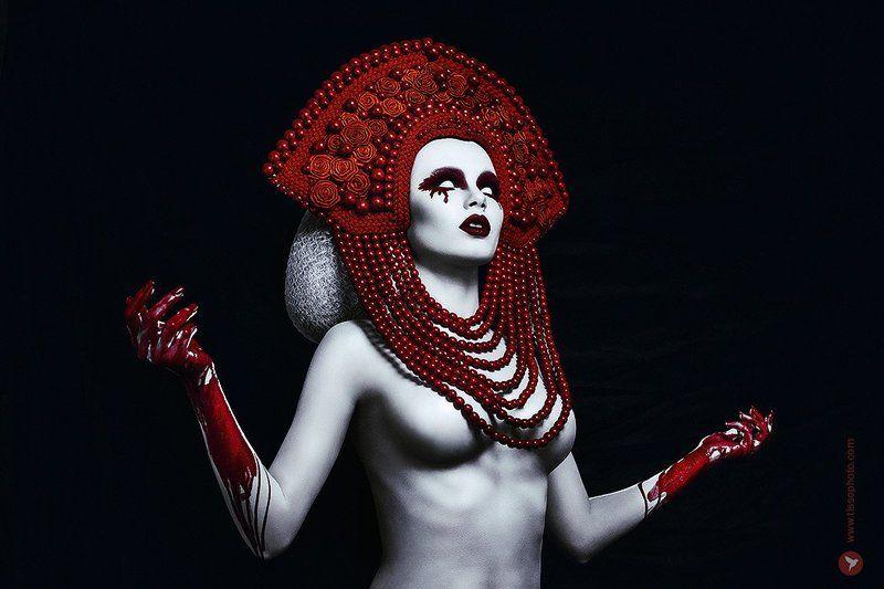Портрет, украшения, кокошник, цветы, бусы, кровь, слепота, слезы Bloody pearlsphoto preview