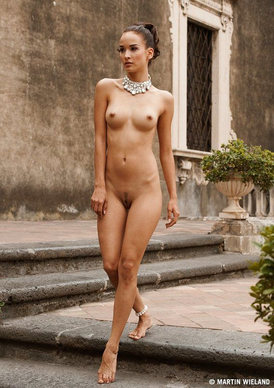italian-nud-girl-woman