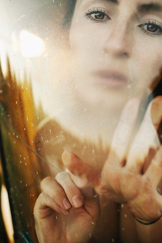 глаза, девушка, руки, тепло Погружениеphoto preview