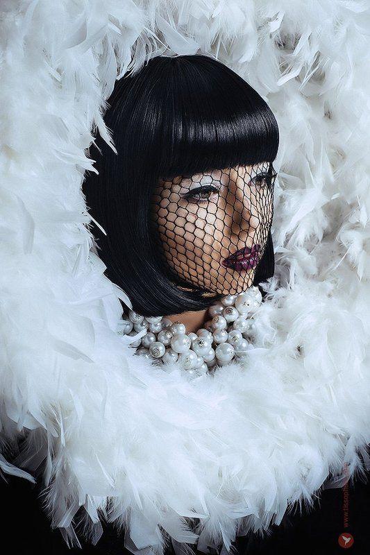 Портрет, украшения, жемчуг, перья, лицо, взгляд,  Жемчуг и перьяphoto preview